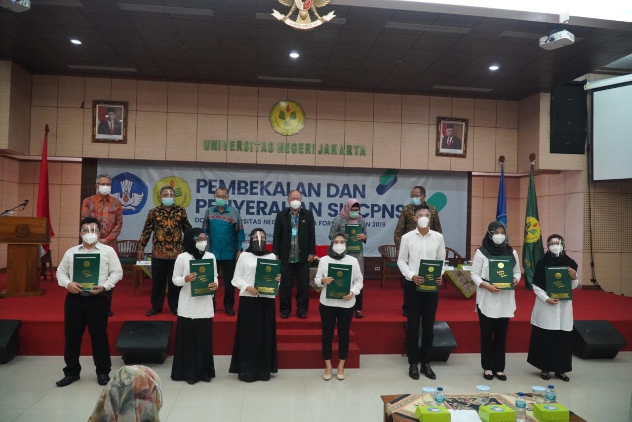7 CPNS Dosen Fakultas Bahasa dan Seni Diserahterimakan oleh Rektor Universitas Negeri Jakarta